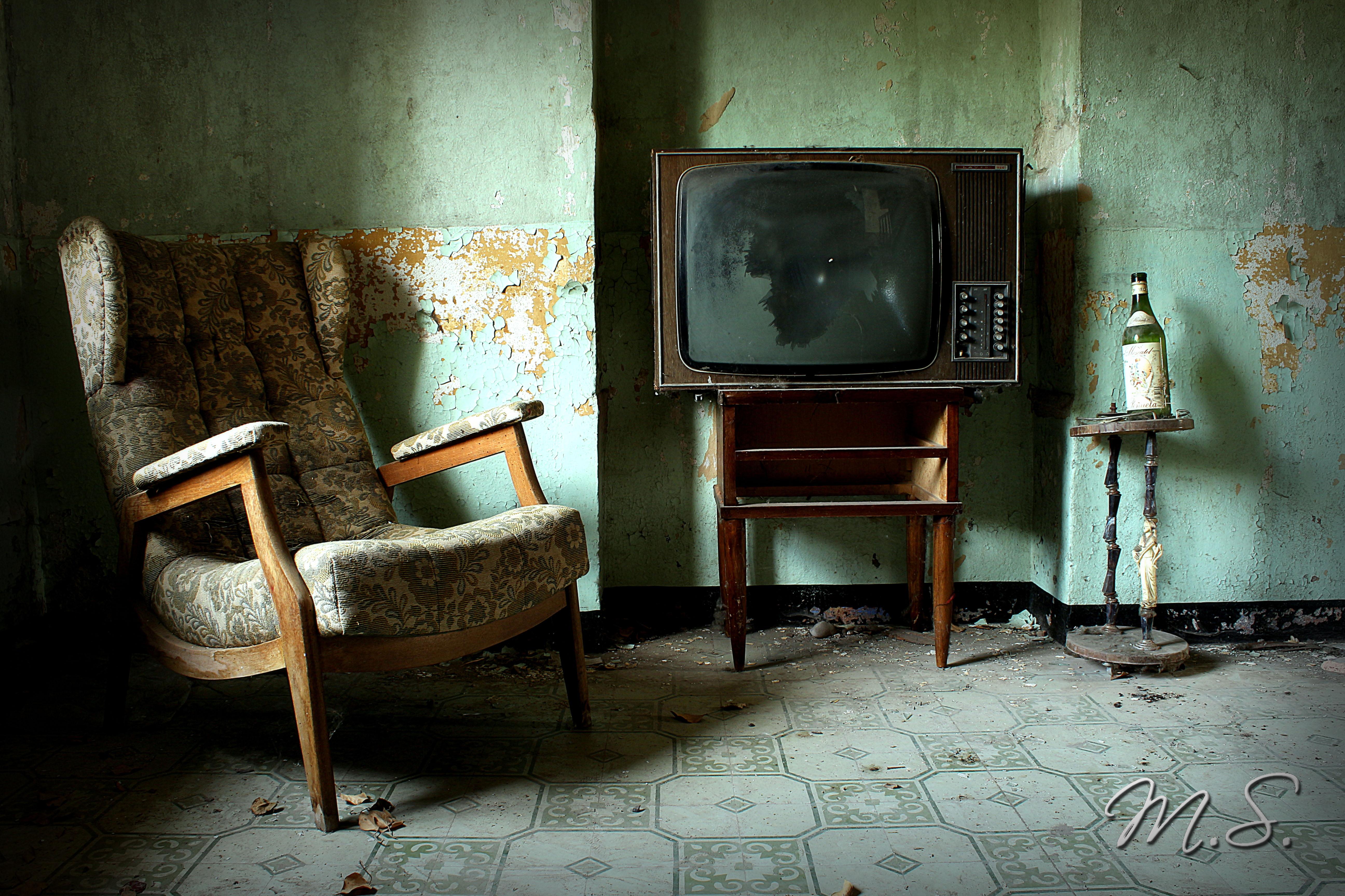 sillón y teles abandonadas
